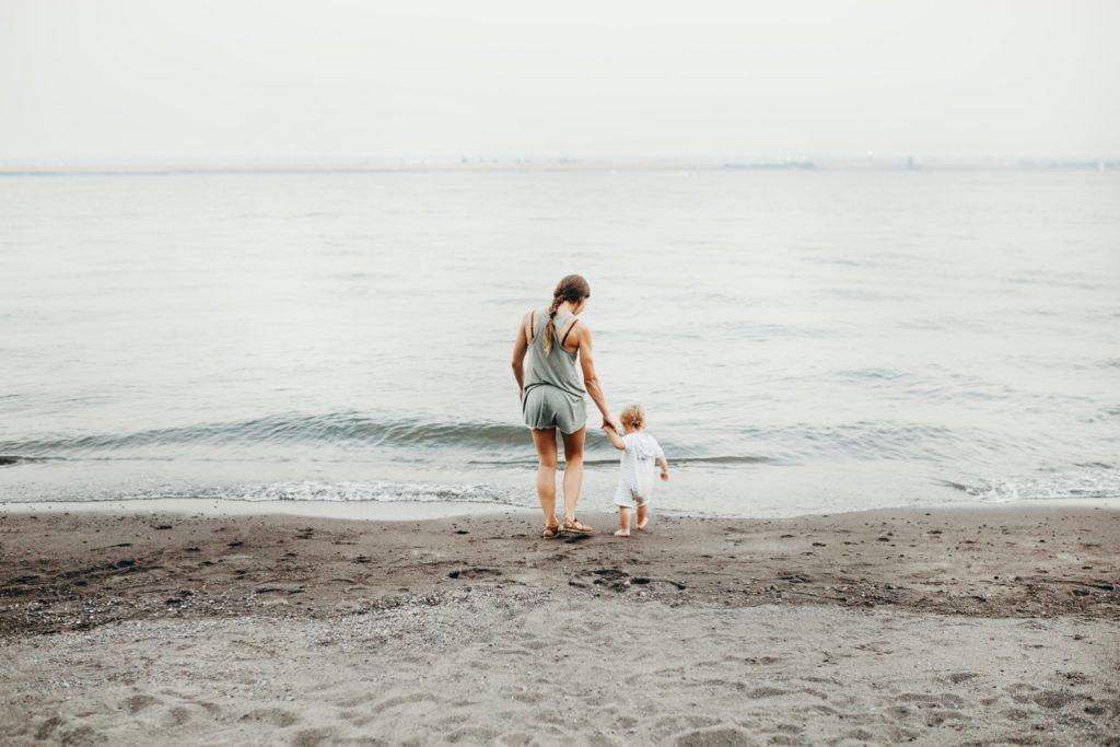 majka i dijete na plaži by liana mikah