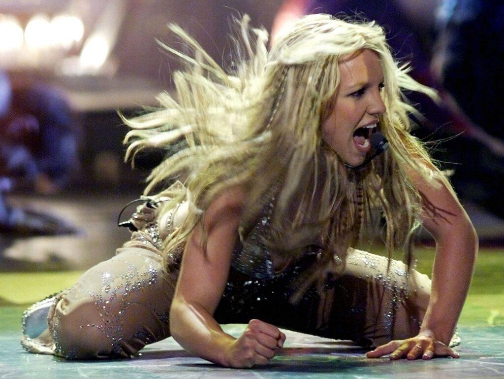 Pjevačica Britney Spears nastupa na dodjeli MTV Video Music Awards u New Yorku 7. rujna 2000. Nominirana je za nagrade u četiri kategorije, uključujući najbolji ženski videospot.