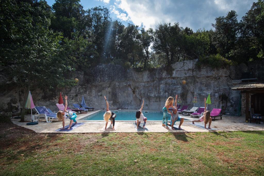 fige yoga adventures yoga pored bazena