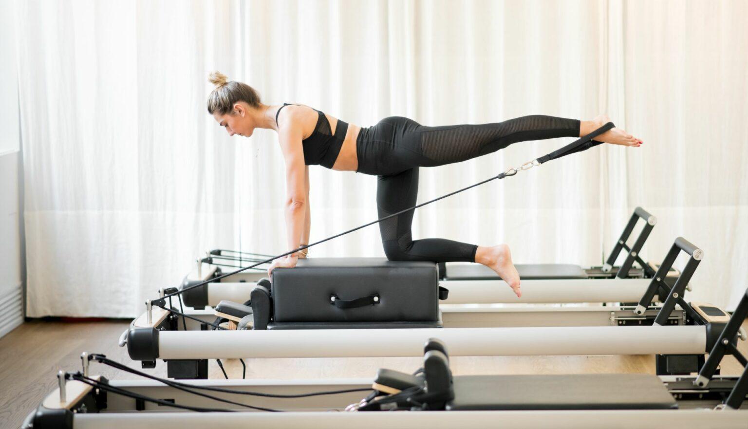 Woman performing a pilates diagonal stabilisation