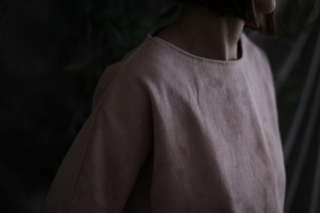 Majica bojadisana sjemenkama avokada Kimono od podravskog lana i top bojadisan avokadom Plava organska bluza Scrunchies Plava bluza Organski crop top i kimono Institut održive mode