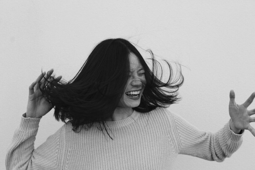 abrielle-henderson-laughing model fliping hair